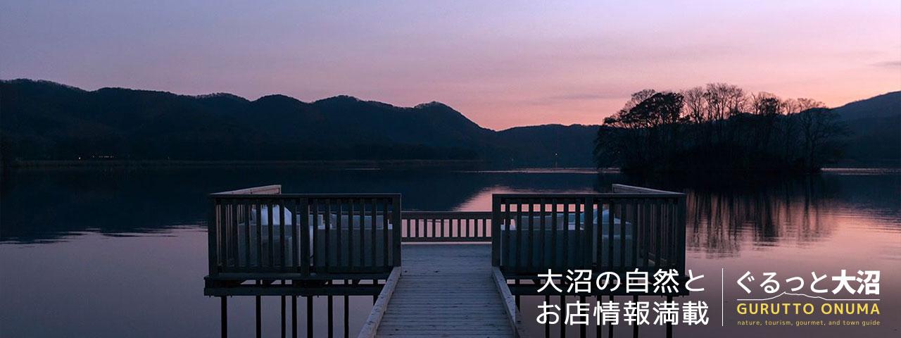 鏡の湖面と秋雲と